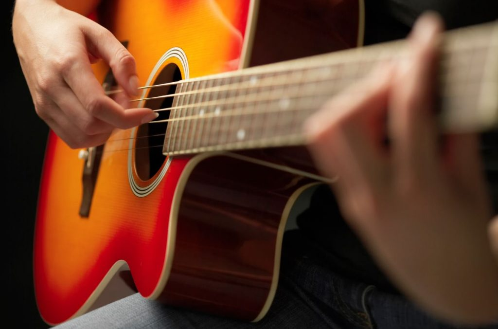 this picture shows a musician playing a guitar